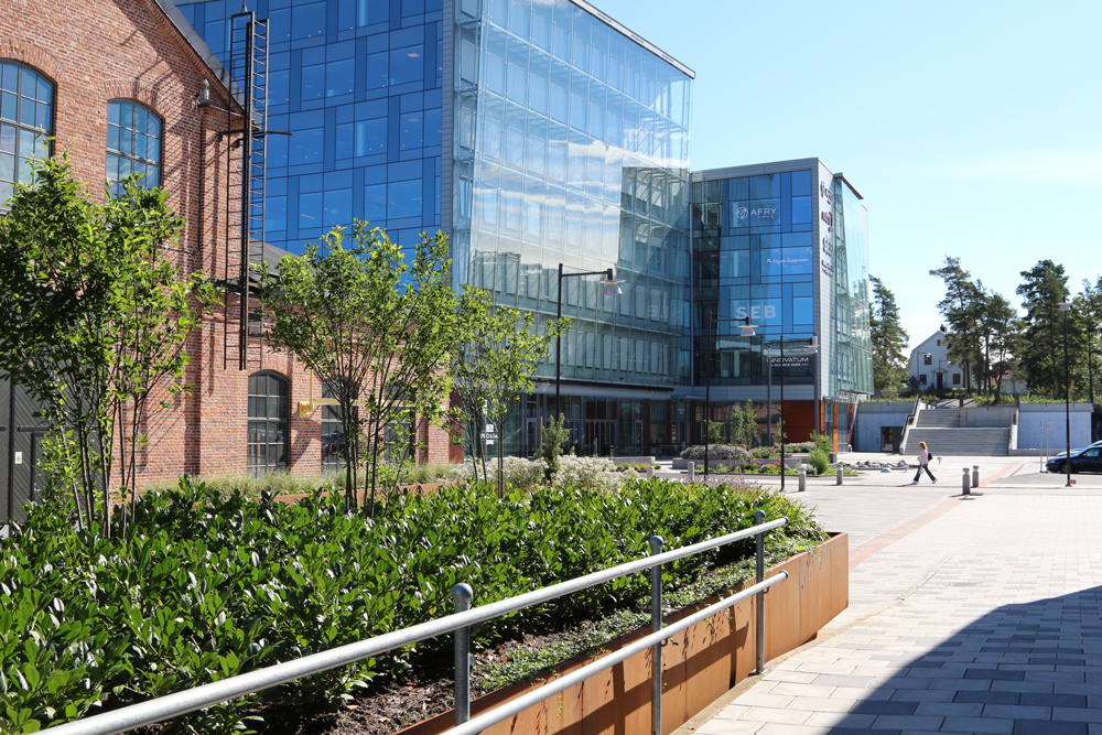 Promenad på Innovatum mot byggnad 103
